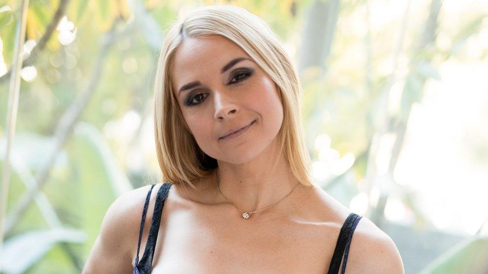 Sarah Vandella Enchants in 'Feel Me, See Me' for Dark X